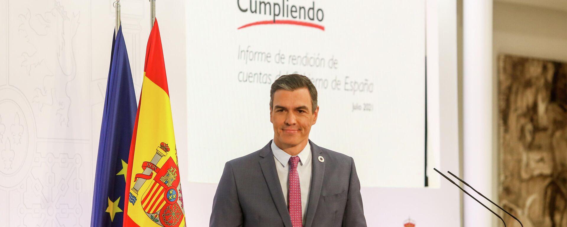 El presidente del Gobierno, Pedro Sánchez, posa con el 'Informe de rendición de cuentas del Gobierno de España' durante una rueda de prensa - Sputnik Mundo, 1920, 05.09.2021