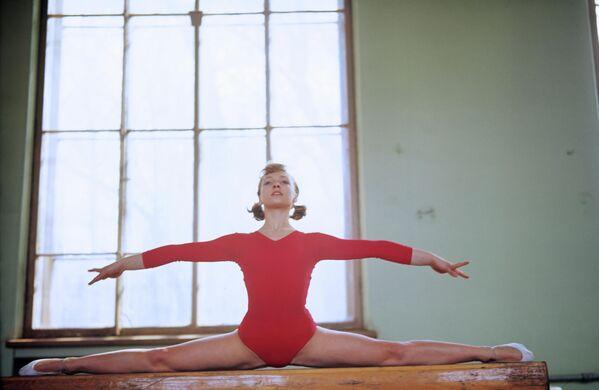 Hasta los Juegos Olímpicos de verano en México todavía quedaban dos años y todos los fanáticos de la gimnasia artística esperaban con ansias la participación de una estrella en ascenso de la URSS en el importante evento deportivo internacional. - Sputnik Mundo