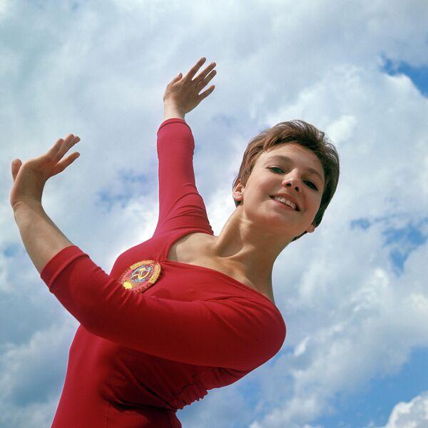 El segundo día le fue mejor a la atleta soviética. Consiguió ganar dos medallas de oro más: en la competencia por equipos y en la barra de equilibrio. Caslavska, sin embargo, se quedó con un total de cuatro medallas de oro. - Sputnik Mundo
