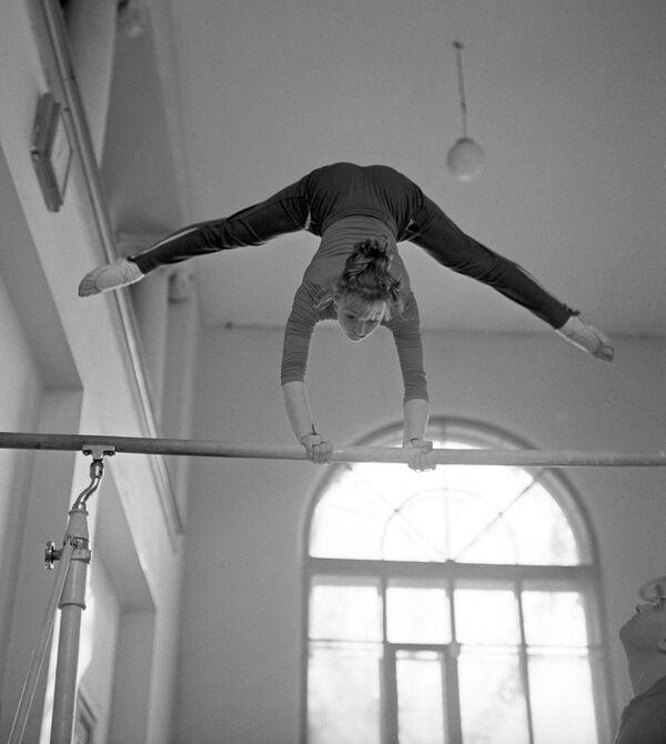 Hasta aquel momento, nadie en la gimnasia soviética podía presumir haber ganado seis medallas, tres de oro, a una edad tan precoz. Kuchínskaya se convirtió en el centro de la atención en los medios de comunicación centrales soviéticos. - Sputnik Mundo