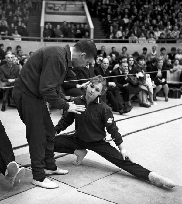 En el primer día de competición, la deportista soviética se cayó de las barras asimétricas, pero se llevó el bronce en los ejercicios de suelo y en la general individual. - Sputnik Mundo