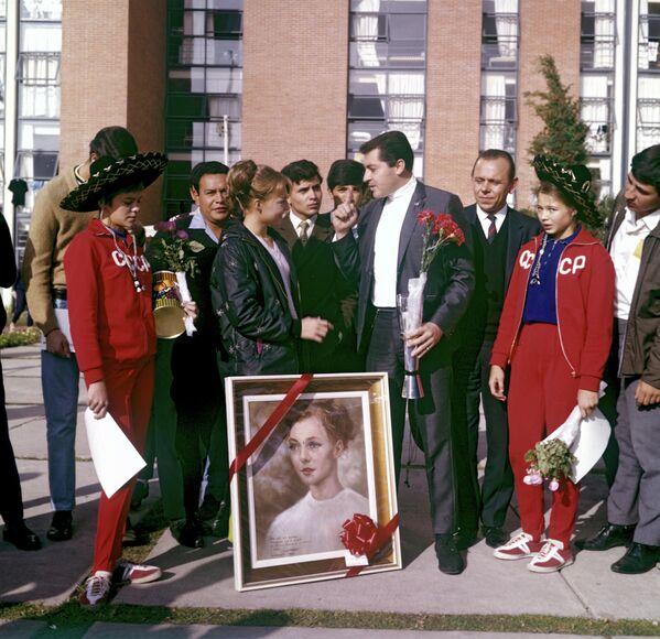 Kuchínskaya se hizo tan popular en el país anfitrión de los JJOO que incluso se convirtió en la musa de un artista mexicano, quien pintó un retrato de la deportista. - Sputnik Mundo