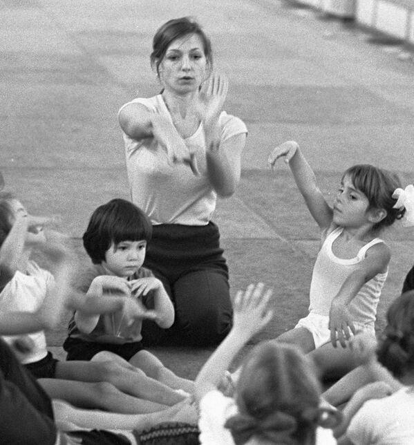 Tras graduarse en educación física, se dedicó a enseñar su deporte a niñas. Lo hizo inicialmente en la URSS y luego en Japón. Al final, terminó mudándose a EEUU, en donde vive hasta los días de hoy. - Sputnik Mundo