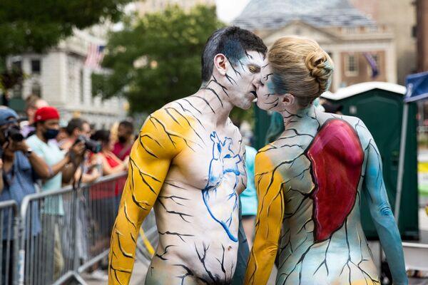 Una pareja participa del día anual de la pintura corporal en la ciudad de Nueva York en Union Square, Nueva York (EEUU). - Sputnik Mundo
