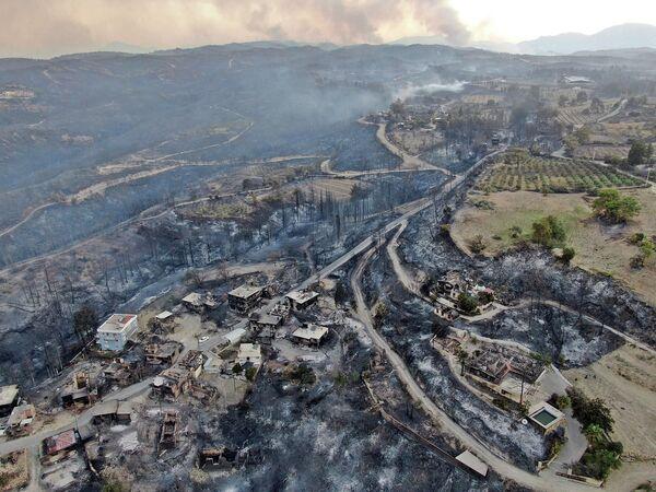 Esta imagen aérea muestra unas casas destruidas en una aldea turca mientras los incendios forestales continúan asolando los bosques cerca de la ciudad costera mediterránea de Manavgat (Turquía). - Sputnik Mundo