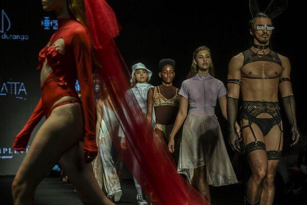 Modelos participan de un desfile realizado por los estudiantes de la Universidad Bolivariana durante la Semana de la Moda de Medellín (Colombia). - Sputnik Mundo