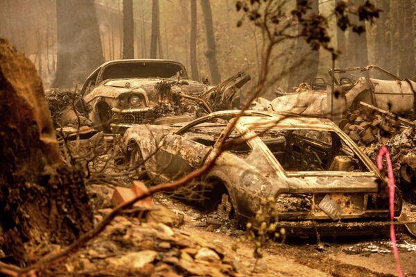 Unos vehículos quemados tras un incendio forestal en California (EEUU). - Sputnik Mundo