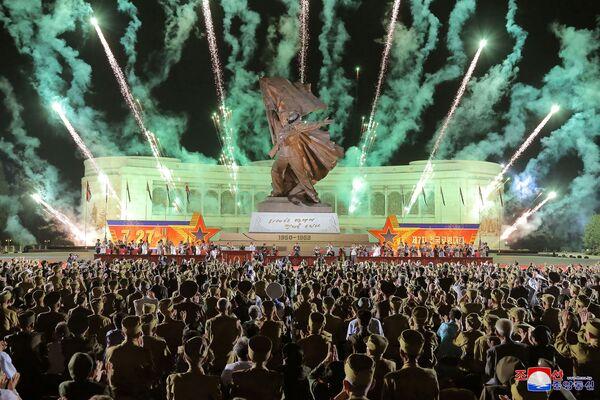 Un show de fuegos artificiales durante la VII Conferencia Nacional de Veteranos de Guerra en Pyongyang (Corea del Norte) con motivo del 68 aniversario del fin de la Guerra de Corea. - Sputnik Mundo