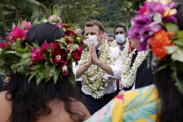 El presidente francés Emmanuel Macron saluda a los locales durante una visita a la isla de Moorea, Polinesia Francesa. - Sputnik Mundo