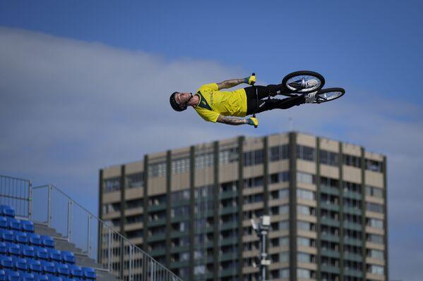 El australiano Logan Martin da un salto durante una sesión de entrenamiento de BMX Freestyle en los Juegos Olímpicos 2020, en Tokio (Japón). - Sputnik Mundo