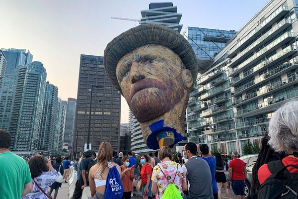 Un globo de 28 metros de altura hecho a semejanza del artista postimpresionista holandés Vincent Van Gogh se eleva sobre el paseo marítimo de Toronto (Canadá), como parte de la promoción de una exposición dedicada al artista en la ciudad. - Sputnik Mundo