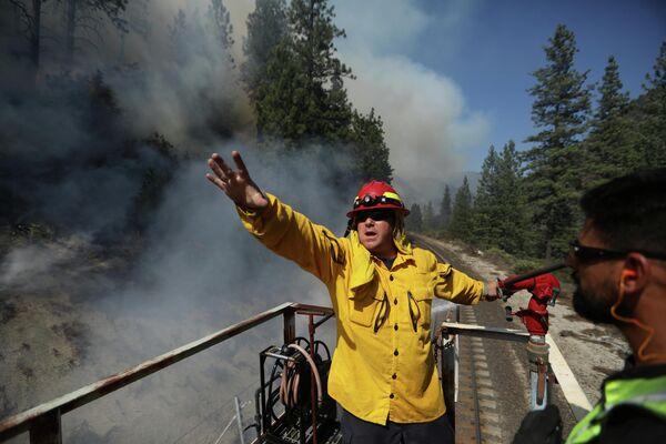 Más de 19.000 bomberos y personal de apoyo están trabajando para evitar la propagación del fuego. En la foto: los bomberos de Union Pacific coordinan su trabajo para apagar las llamas en California. - Sputnik Mundo
