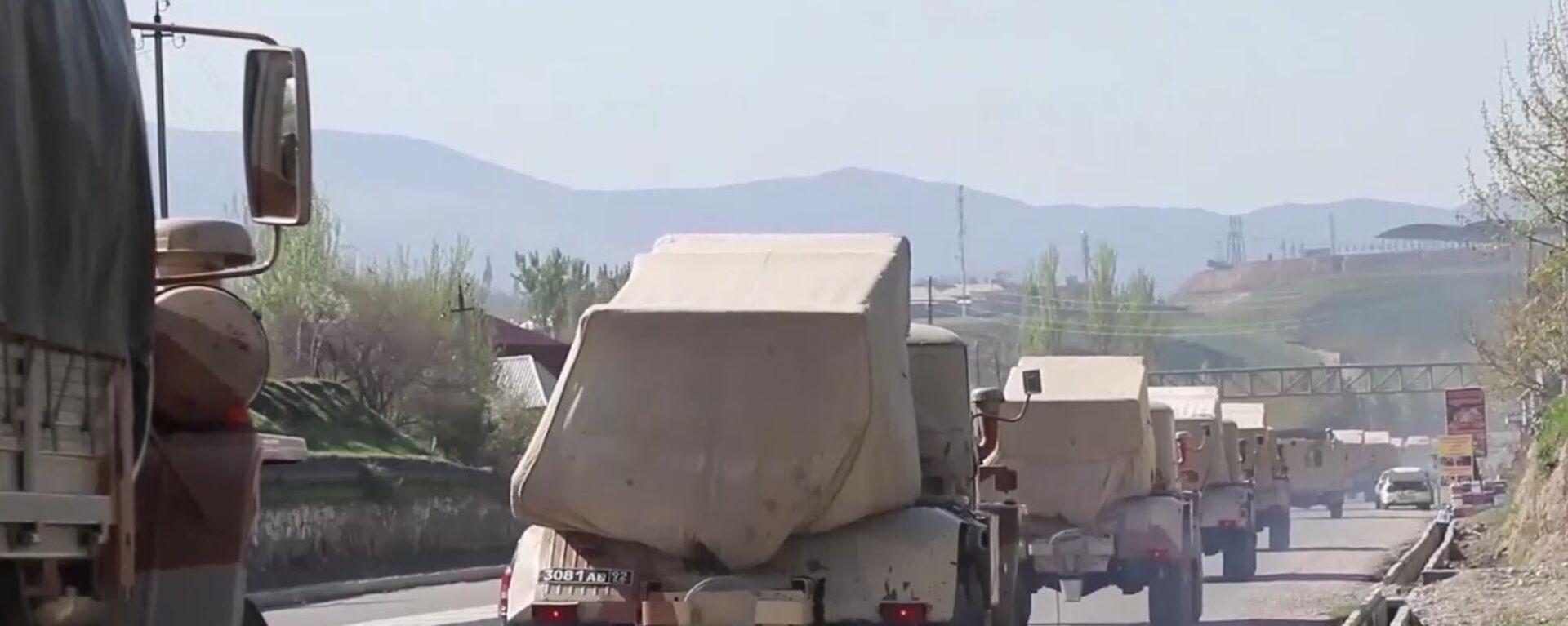 Vehículos militares rusos circulan por una carretera en Tayikistán, el 28 de julio de 2021 - Sputnik Mundo, 1920, 02.08.2021