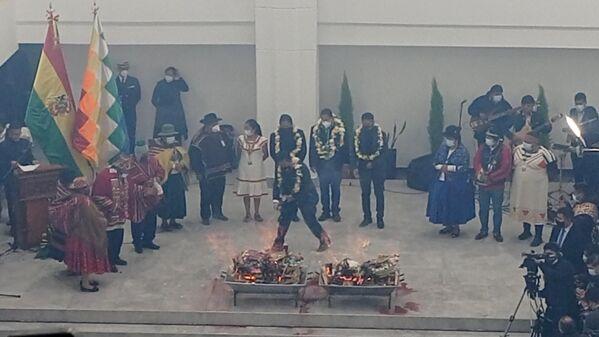 El vicepresidente David Choquehuanca dio de beber a la Wajt'a, en uno de los salones de la nueva Asamblea. Según el Gobierno del Movimiento Al Socialismo (MAS), este es el segundo edificio de sus características más grande de América Latina. Su construcción se inició en 2016, durante el último mandato de Evo Morales (2006-2019) - Sputnik Mundo