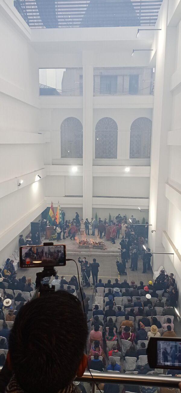 Por la deflagración de la Wajt'a, todo los ambientes de la nueva Asamblea se llenaron de un denso humo ceremonial. Tuvieron que pasar varios minutos hasta que el helado viento paceño se llevó la humareda, que ya dificultaba la respiración - Sputnik Mundo