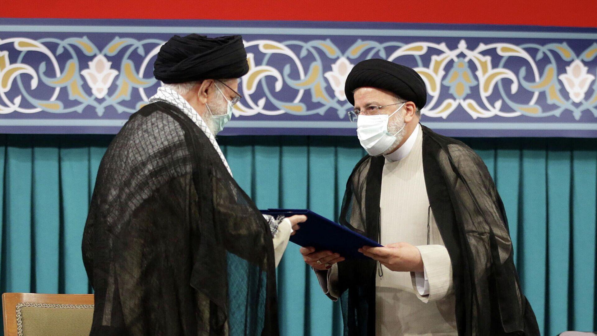 Nuevo presidente de Irán, Ebrahim Raisi, y el líder supremo de Irán, Alí Jamenei, - Sputnik Mundo, 1920, 04.08.2021