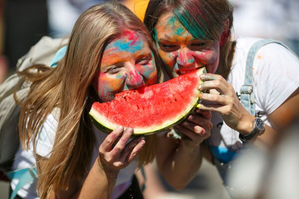 Unas jóvenes posan con una sandía en el Festival de la Sandía de Kamishin, en Rusia. - Sputnik Mundo