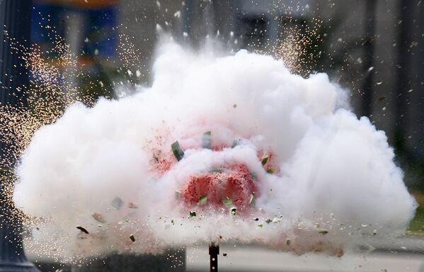 La Comisión de Seguridad de Productos del Consumidor de EEUU lanza fuegos artificiales dentro de una sandía para advertir del peligro del uso irresponsable de la pirotecnia. - Sputnik Mundo