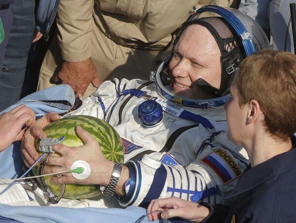 El cosmonauta ruso Oleg Artemiev sujeta una sandía tras el aterrizaje de la nave espacial Soyuz TMA-12M en la estepa kazaja.  - Sputnik Mundo