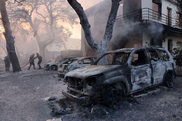 Unos automóviles arrasados por las llamas en Varympompi. - Sputnik Mundo