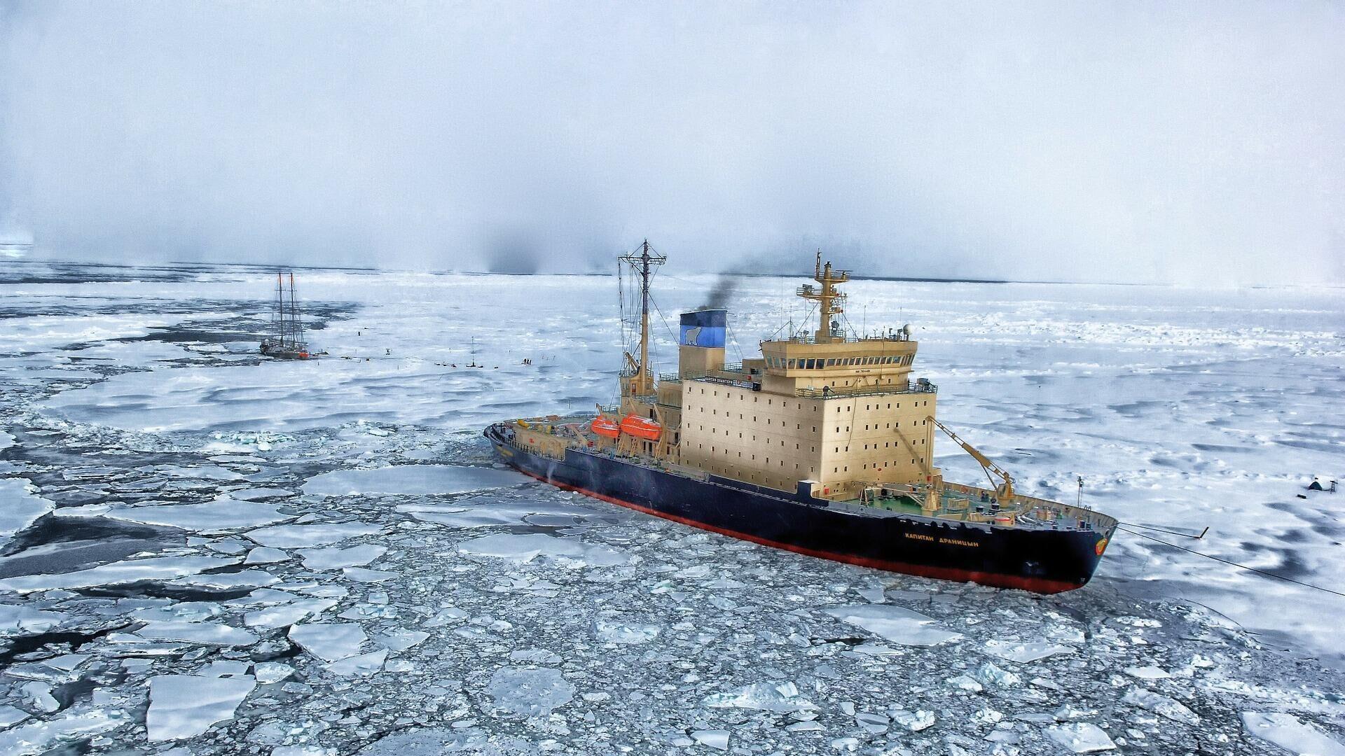 Un barco navegando sobre hielo. Antártida. Imagen referencial - Sputnik Mundo, 1920, 04.08.2021