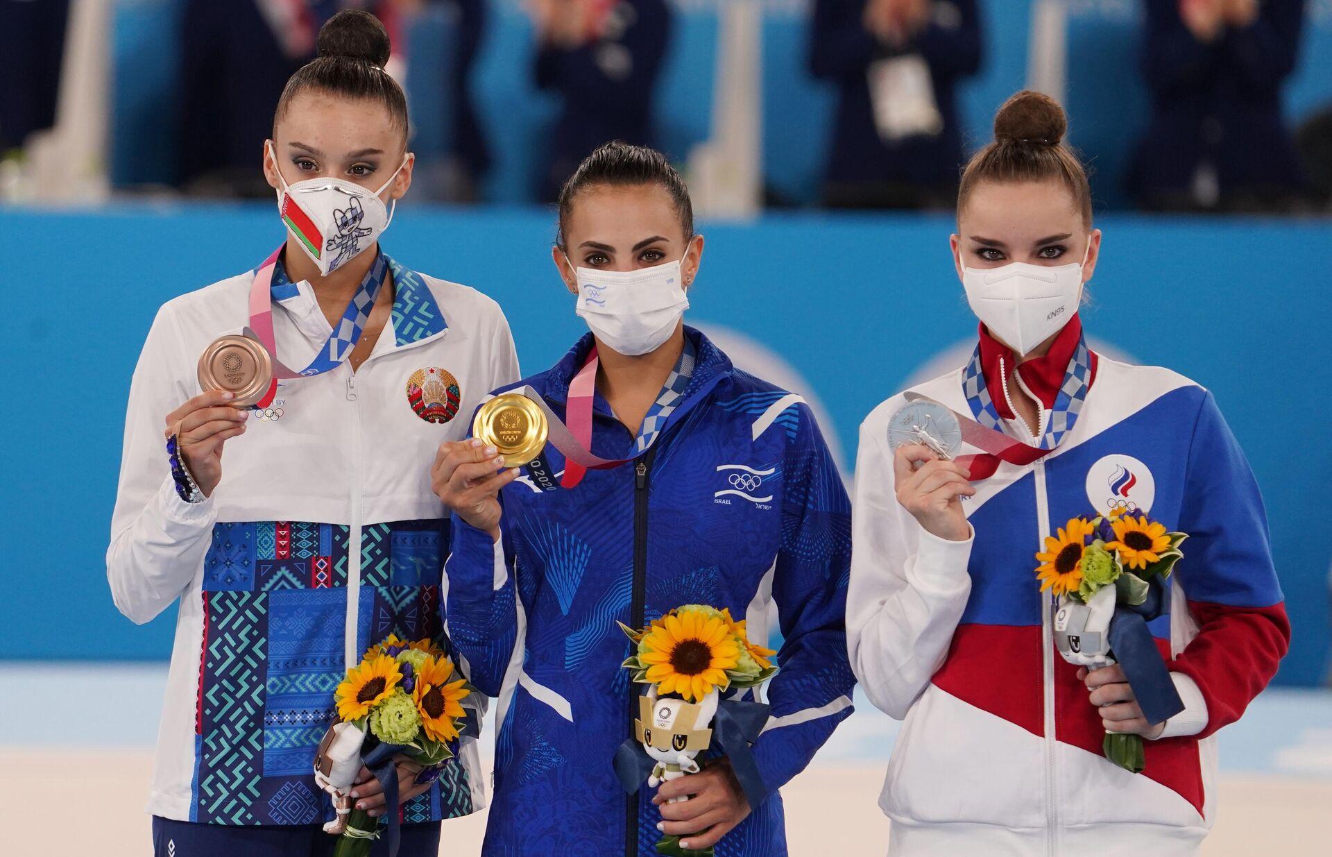 La bielorrusa Alina Harnasko, la israelí Linoy Ashram y la rusa Dina Avérina en el podio del torneo de gimnasia rítmica en los JJOO de Tokio - Sputnik Mundo, 1920, 07.08.2021