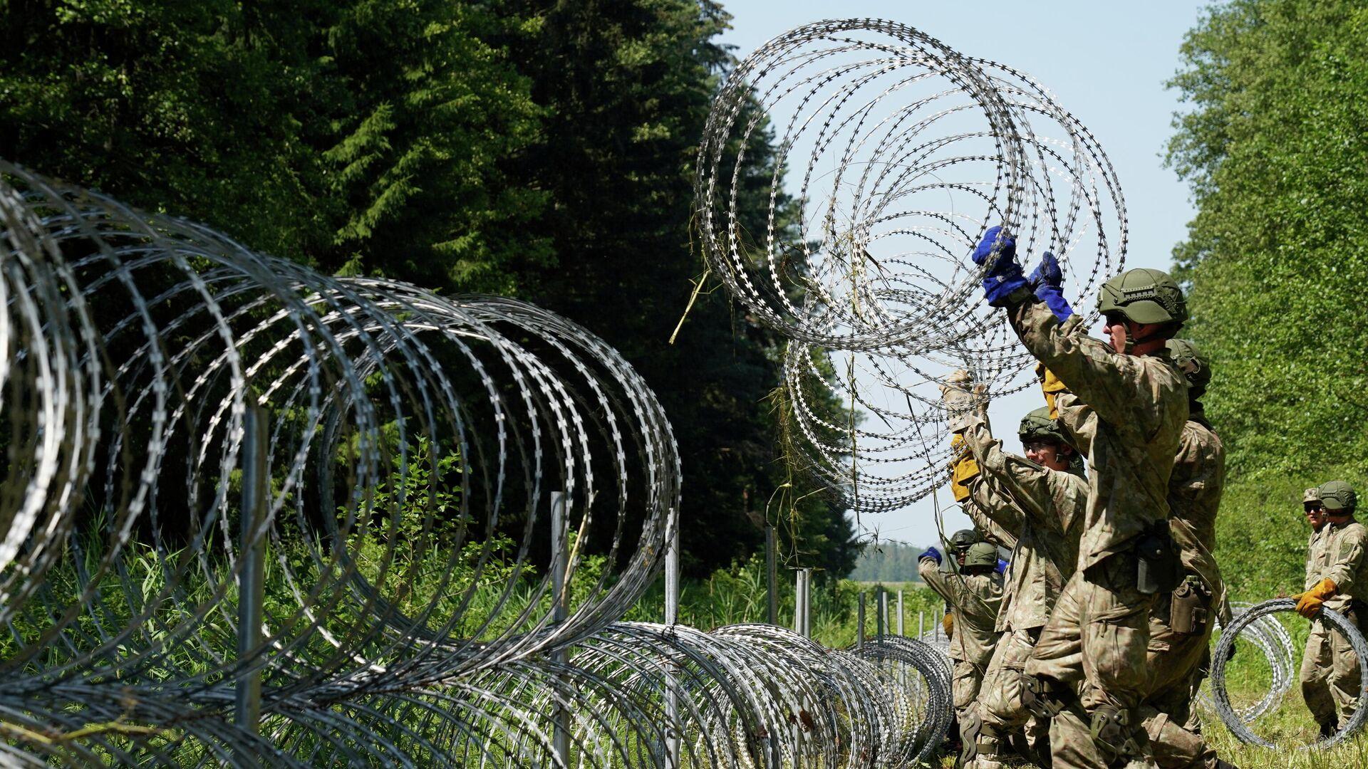Militares de Letonia instalan alambre de púa en la forntera con Bielorrusia para prevenir el flujo de migrantes - Sputnik Mundo, 1920, 10.08.2021