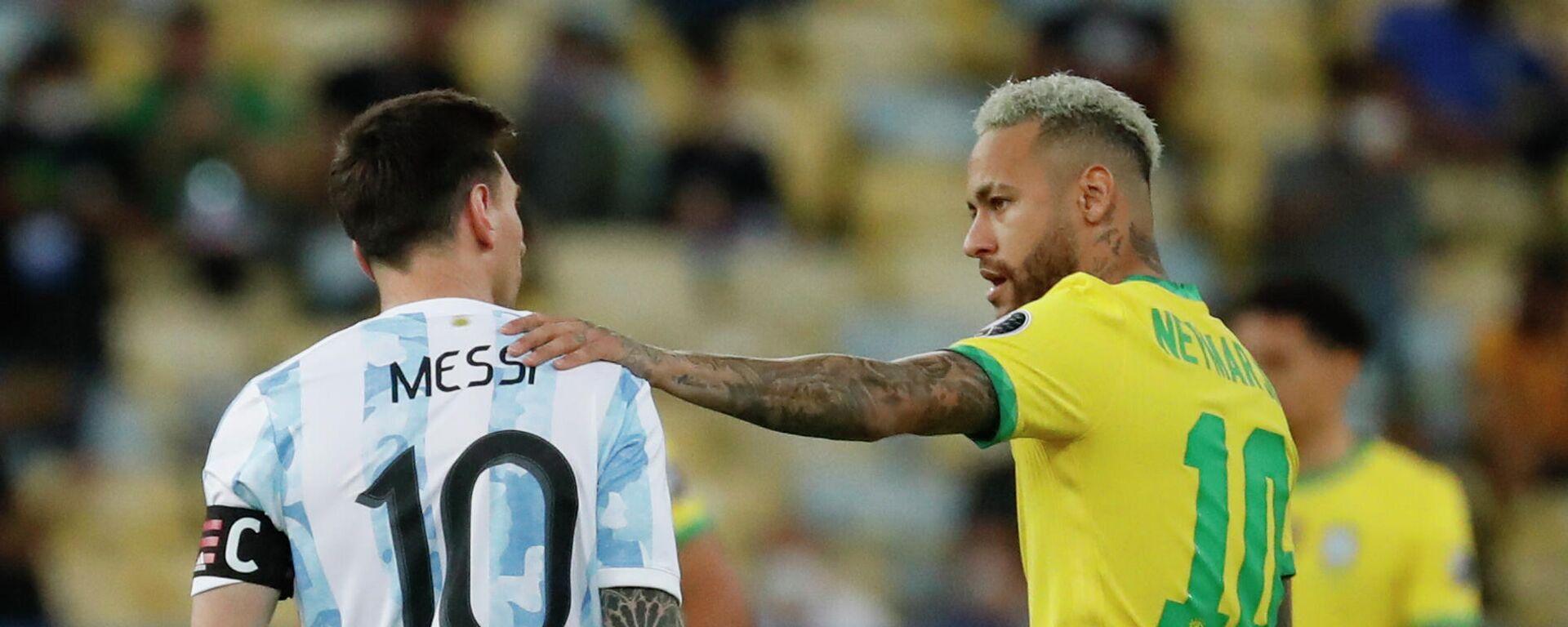 El argentino Lionel Messi y el brasileño Neymar se saludan durante la final de la Copa América 2021 - Sputnik Mundo, 1920, 10.08.2021
