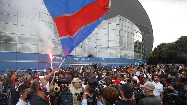 Болельщики ждут возле стадиона Parc des Princes футбольного клуба Paris Saint-Germain (PSG) в Париже   - Sputnik Mundo