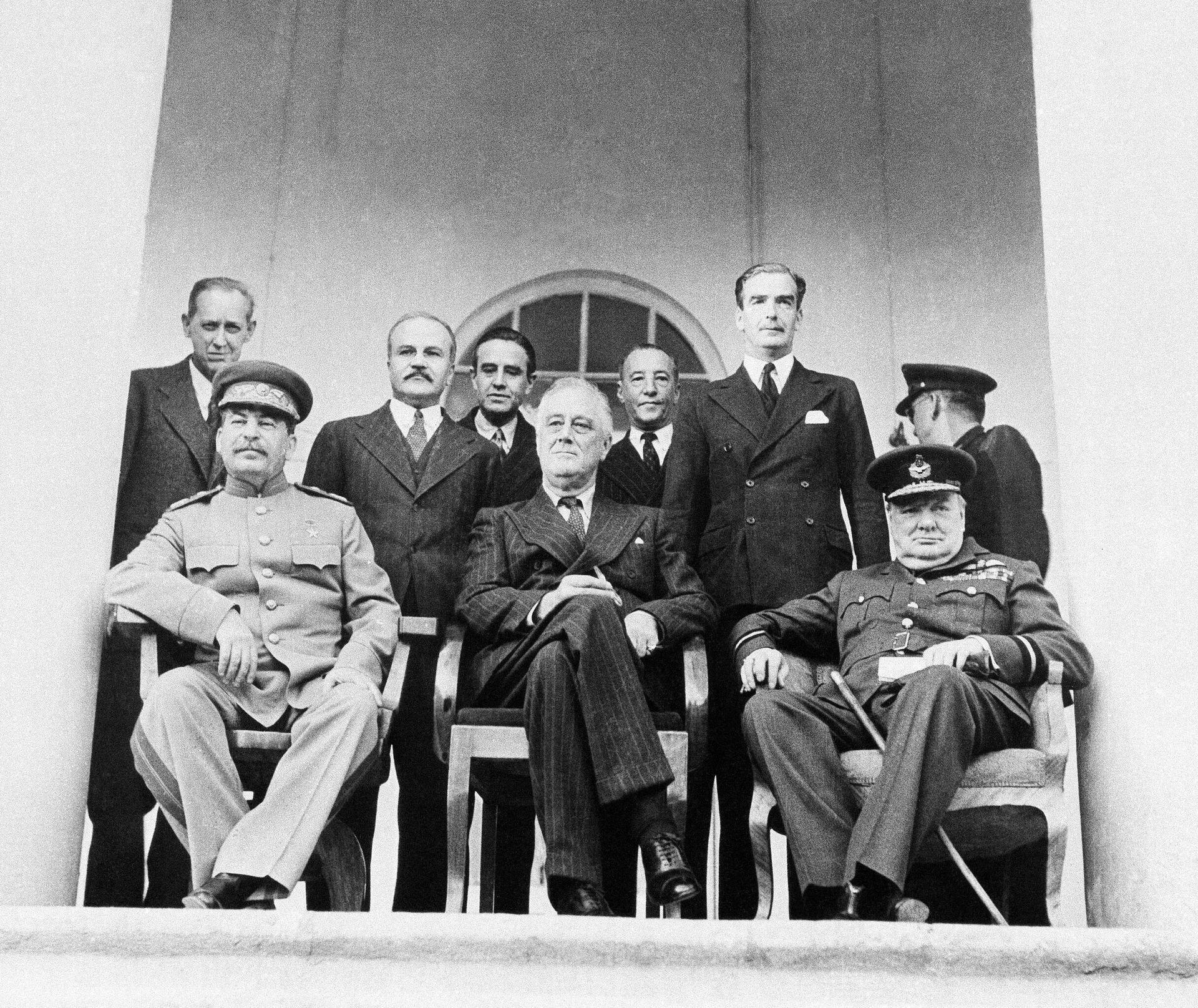 El encuentro entre Stalin, Roosevelt y Churchil durante la Conferencia de Teherán en 1943 - Sputnik Mundo, 1920, 12.08.2021