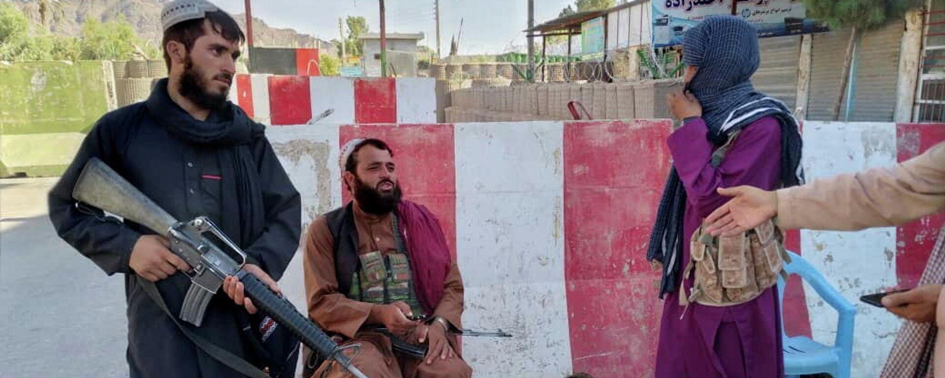 Combatientes talibanes montan guardia en un puesto de control en Farah, Afganistán, 11 de agosto de 2021 - Sputnik Mundo, 1920, 12.08.2021