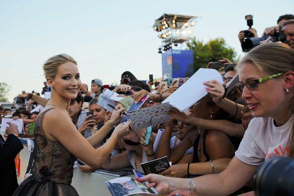La estrella de Los juegos del hambre, Jennifer Lawrence, también es parte delequipode los zurdos.En la foto: Jennifer Lawrence firma autógrafos en el Festival de Cine de Venecia (Italia), 2017. - Sputnik Mundo