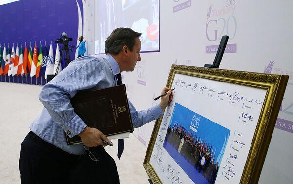 Otro conocido político zurdo es el exprimer ministro británico David Cameron.En la foto: David Cameron firma una foto grupal de los líderes de los países del G-20 durante una cumbre en Antalya (Turquía), 2015. - Sputnik Mundo