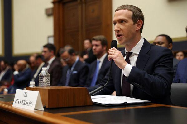 El presidente de Facebook, Mark Zuckerberg, también es zurdo. - Sputnik Mundo