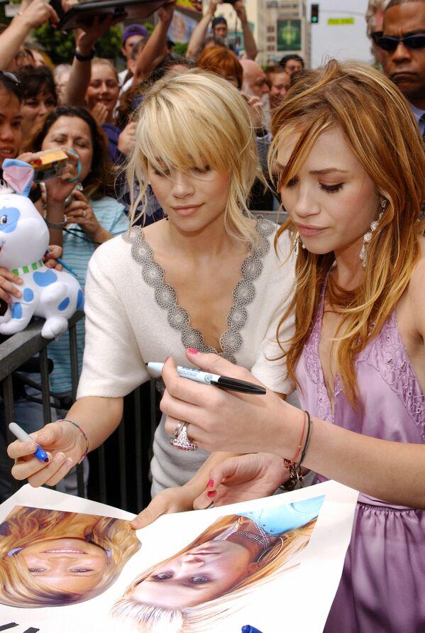 Pese a que Ashley (izquierda) y Mary-Kate Olsen son gemelas, solo una de ellas es zurda.En la foto: las hermanas Olsen en la ceremonia de apertura de su estrella en el Paseo de la Fama de Hollywood (EEUU), 2004. - Sputnik Mundo