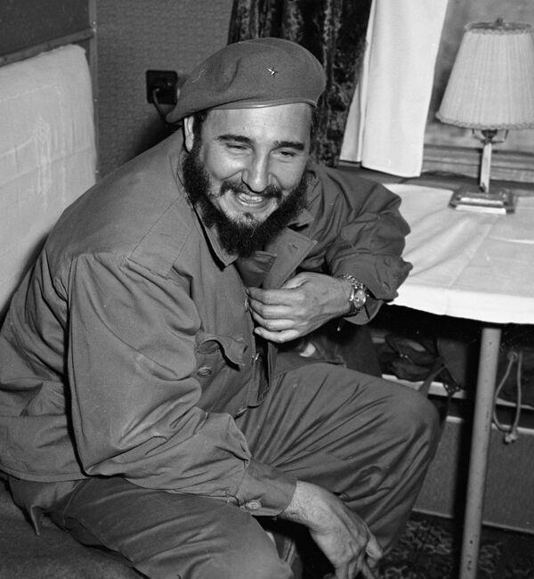 Fidel Castro, primer secretario del Comité Central del Partido Comunista de Cuba y presidente del Consejo de Ministros, visita la URSS en abril-junio de 1963. En la foto: el líder de la Revolución cubana en un vagón durante su viaje en tren desde la ciudad rusa de Irkutsk, hasta la ciudad de Bratsk, en Siberia. - Sputnik Mundo
