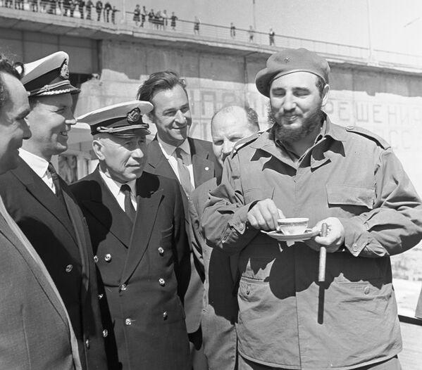 Durante su visita a la URSS, el líder cubano sostuvo varios encuentros y uno de ellos fue con marineros rusos. Mientras hablaban al aire libre, Fidel Castro tomaba una bebida caliente sin desprenderse de su habano. - Sputnik Mundo