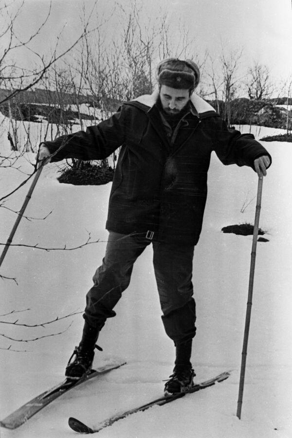 Fidel Castro en Múrmansk, donde el líder de la Revolución cubana inició su visita a la Unión Soviética. Allí no dudó en intentar esquiar. - Sputnik Mundo