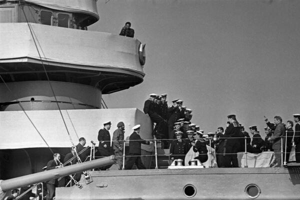 Otra de las ciudades que acogieron la visita del líder cubano fue Leningrado, actualmente San Petersburgo, donde junto a su delegación tuvo la oportunidad de visitar el crucero Aurora. - Sputnik Mundo