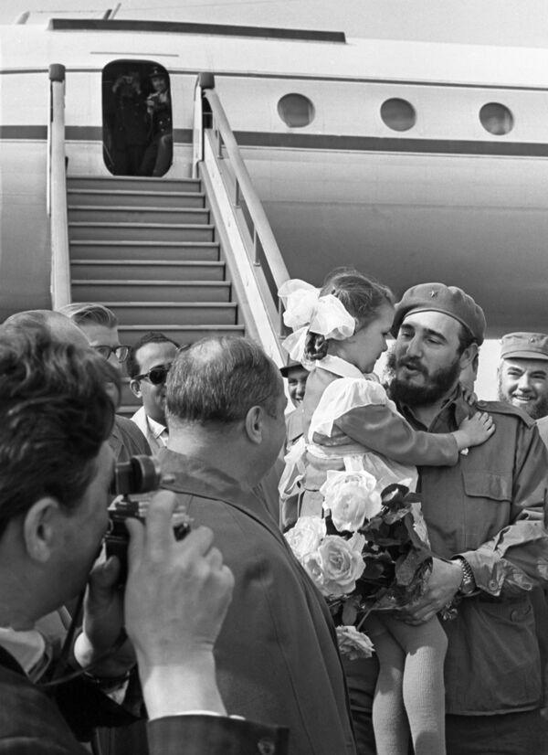 Así llegaba Fidel Castro a Leningrado. En el aeropuerto Púlkovo fue recibido por periodistas, delegaciones y otras personas que lo esperaban solo para saludarlo. - Sputnik Mundo