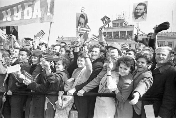 El aeropuerto de San Petersburgo llamado Púlkovo, al igual que la ciudad, llevaba otro nombre en esa época y era Shosseinaya. En la foto: docenas de habitantes se concentraron en las afueras de este aeropuerto con las banderas cubanas en la mano para saludar al líder cubano. - Sputnik Mundo