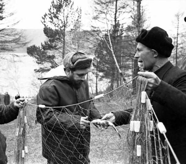 El líder revolucionario también visitó uno de los lugares más hermosos de Rusia, el lago Baikal, donde también habló con los pescadores, quienes le mostraban los peces que cazaban con ayuda de grandes redes. - Sputnik Mundo