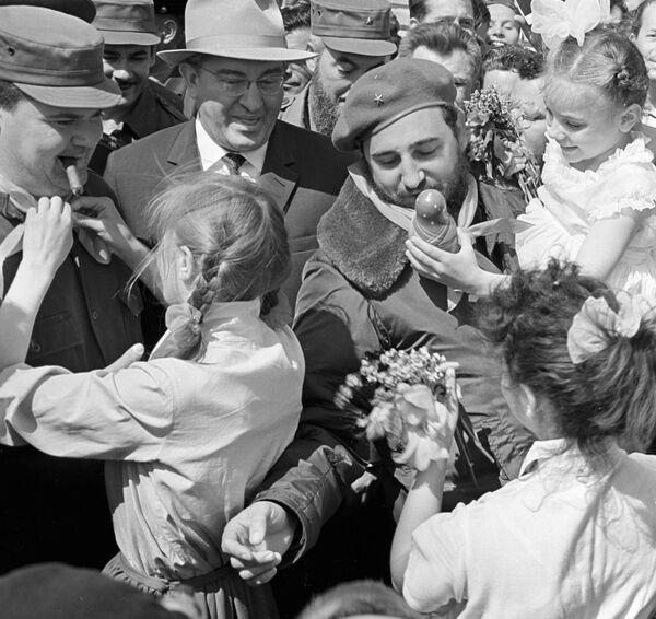 A diferencia de otras ciudades, en Volgogrado, Fidel Castro recibió una de las más amistosas bienvenidas por parte de los grupos juveniles que lo llenaron de flores y suvenires. - Sputnik Mundo