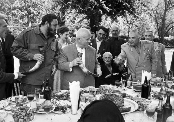Una de las fotografías más festivas de Fidel Castro durante su viaje por la URSS fue cuando se encontró con el primer secretario del Partido Comunista de la Unión Soviética, Nikita Khrushchev, en Georgia, donde le prepararon todo un banquete tradicional para recibirlo. - Sputnik Mundo