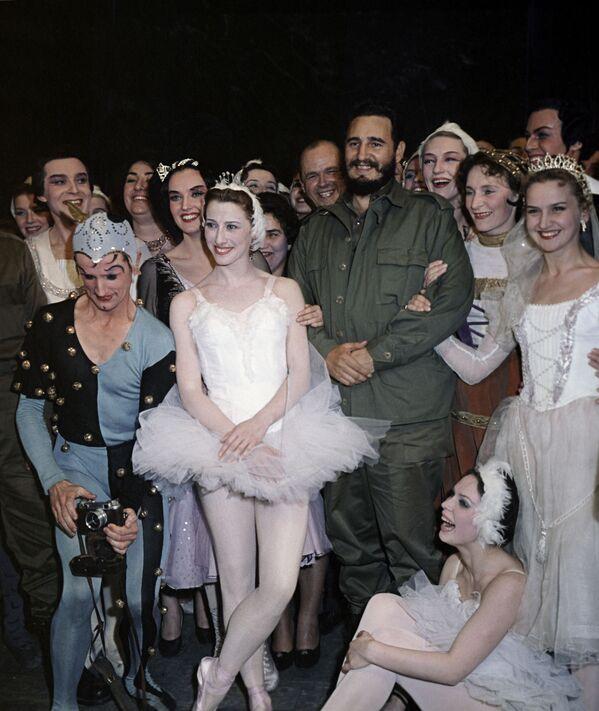 Fidel Castro también visitó el famoso Teatro Bolshói, en Moscú, para ver el ballet El lago de los cisnes. Tras la representación, se reunió con los bailarines y la leyenda del ballet mundial Maya Plisetskaya (centro). - Sputnik Mundo