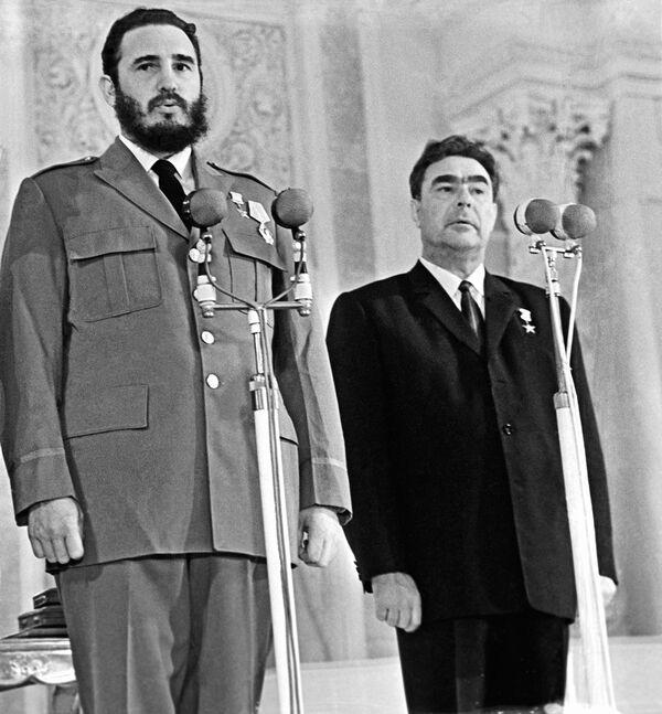 El 23 de mayo de 1963, mediante un decreto del Presidium del Sóviet Supremo de la URSS, Fidel Castro fue condecorado con el título de Héroe de la Unión Soviética con la Orden de Lenin y la Medalla de la Estrella de Oro. Lo recibió de manos del presidente del Presidium del Sóviet Supremo de la URSS, Leonid Brézhnev. - Sputnik Mundo