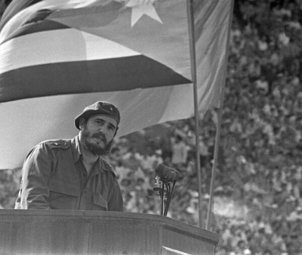La visita del líder cubano duró del 26 de abril al 3 de junio de 1963. En la foto: Fidel Castro asiste a un mitin de amistad soviético-cubano en la Gran Arena Deportiva del Estadio Central Lenin en Luzhniki. - Sputnik Mundo