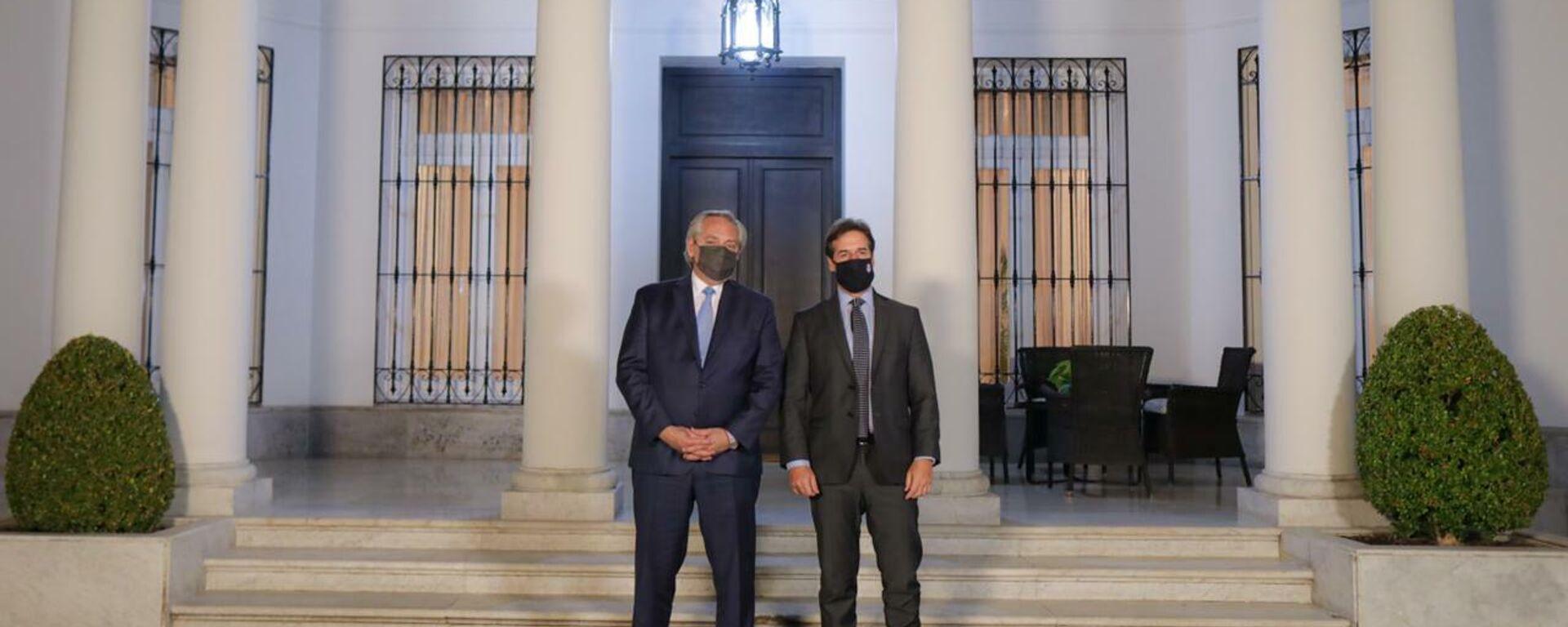 El presidente de Argentina, Alberto Fernández, con su homólogo urugyayo, Luis Lacalle Pou - Sputnik Mundo, 1920, 14.08.2021