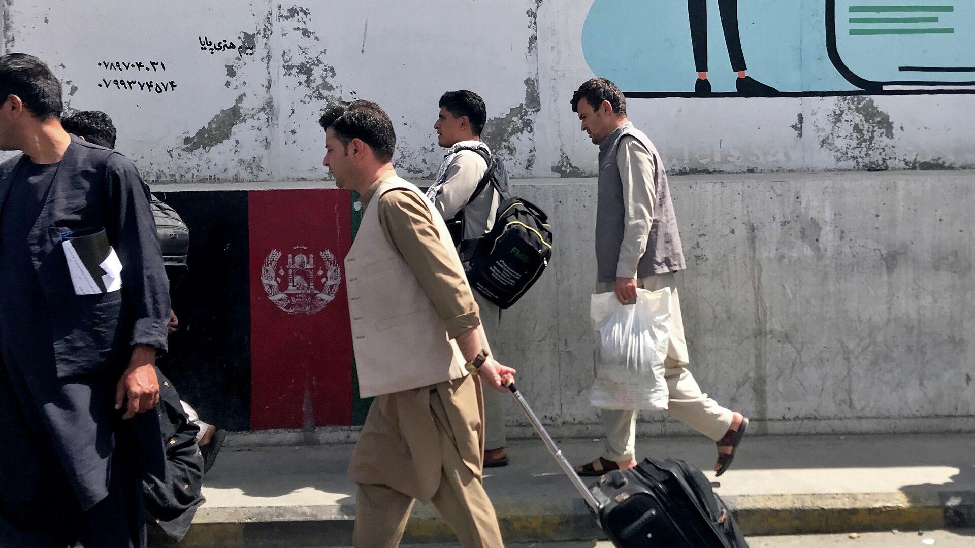 Los pasajeros en el aeropuero de Kabul - Sputnik Mundo, 1920, 16.08.2021
