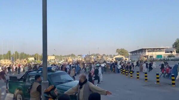 El 15 de agosto el canal de televisión Al Jazeera informó que los militantes del movimiento radical talibán habían ocupado totalmente Kabul e izaron su bandera sobre el palacio presidencial. En la foto: decenas de personas huyen a la terminal del aeropuerto internacional de Kabul después de que los talibanes tomaron el poder en el palacio presidencial. - Sputnik Mundo